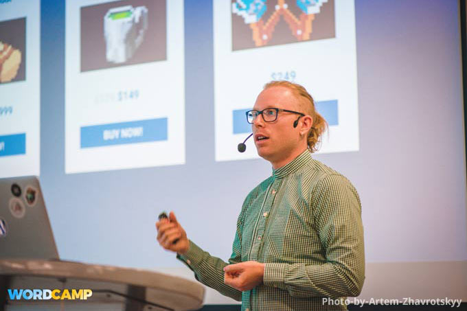 Talking-at-WordCamp-Kyiv-(Photo-by-Artem-Zhavrotskyy)